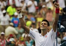 O sérvio Novak Djokovic comemora a vitória sobre o alemão Philipp Kohlschreiber no Aberto dos EUA em Nova York. Djokovic e o escocês Andy Murray venceram e se enfrentarão nas quartas de final do torneio. 1/09/2014. REUTERS/Eduardo Munoz