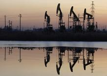 Дацинское нефтяное месторождение PetroChina в провинции Хэйлунцзян 5 ноября 2007 года. Цены на нефть снижаются за счет опасений замедления роста потребления из-за слабого экономического роста Китая и Европы. REUTERS/Stringer