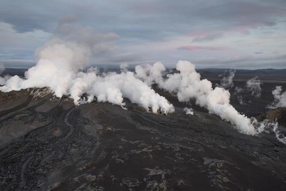 Steam and smoke rise over a fissure in a lava field north of the Vatnajokull glacier, which covers part of Bardarbunga volcano system, August 29, 2014. REUTERS-Marco Nescher
