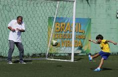 Zico brinca com o neto em campo do Centro de Futebol Zico (CFZ), no Rio de Janeiro. 31/08/2014   REUTERS/Sergio Moraes