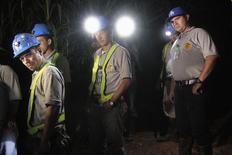 Miembros del equipo de rescate conversan con un periodista luego de buscar a los mineros que quedaron atrapados tras el derrumbe de una mina en la comunidad El Comal en Bonanza, 2 septiembre, 2014. Nicaragua suspendió la búsqueda de un grupo de mineros que desde el jueves permanecen atrapados tras el derrumbe de una mina, después de que los equipos de rescate decidieron que no había esperanza de llegar a ellos, dijo el martes el Gobierno. REUTERS/Oswaldo Rivas