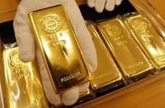 Слитки золота в ювелирном магазине Tanaka Kikinzoku Jewelry K.K. в Токио 29 января 2008 года. Цены на золото малоподвижны вблизи 2,5-месячного минимума на фоне укрепления доллара и хорошей экономической статистики США. REUTERS/Issei Kato