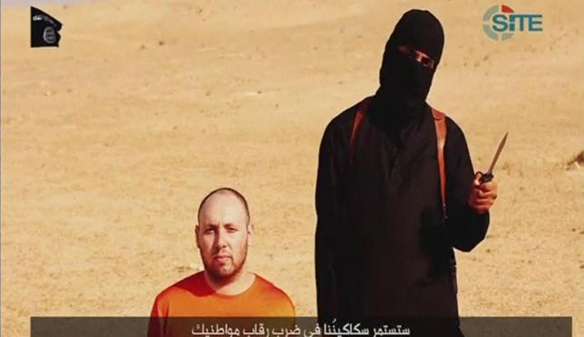A video purportedly showing U.S. journalist Steven Sotloff kneeling next to a masked Islamic State fighter holding a knife in an unknown location in this still image from video released by Islamic State September 2, 2014. REUTERS/Islamic State via Reuters TV