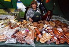 Прилавок с мясными изделиями на ярмарке в Санкт-Петербурге 26 августа 2014 года. Инфляция в России по итогам последнего летнего месяца выросла в годовом выражении до 7,6 с 7,5 процента месяцем ранее. REUTERS/Alexander Demianchuk