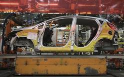 Linha de montagem de carros em uma fábrica da Ford em São Bernardo do Campo, São Paulo.  13/08/2013.  REUTERS/Nacho Doce