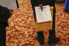 Una persona sostiene un anuncio en una feria laboral en Nueva York, jun 11 2013. El número de estadounidenses que presentaron nuevas solicitudes de subsidios estatales por desempleo subió un poco más a lo esperado la semana pasada, pero permaneció en niveles consistentes con una mejora de las condiciones en el mercado laboral. REUTERS/Lucas Jackson