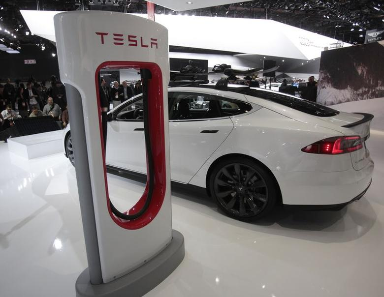A Tesla S electric car and a charging station are displayed during the press preview day of the North American International Auto Show in Detroit, Michigan in this January 14, 2014 file photo.  REUTERS/Rebecca Cook