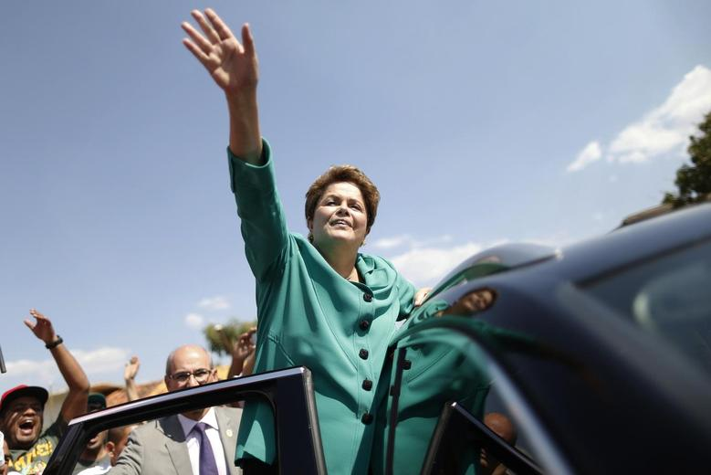 Presidential candidate and Brazilian President Dilma Rousseff of Workers' Party (PT) waves to supporters as she leaves a meeting with workers of the National Confederation of Agricultural Workers (Contag) in Brasilia August 28, 2014. REUTERS/Ueslei Marcelino