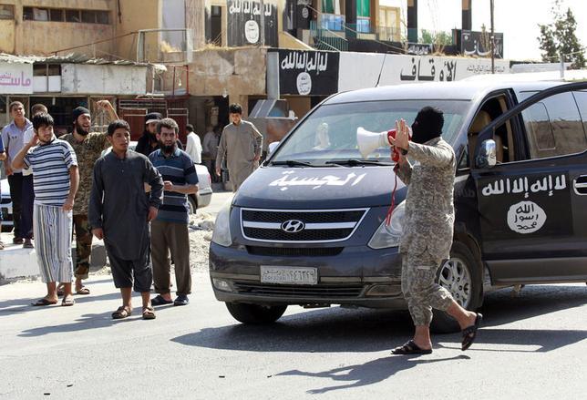 9月4日、支配地域を急速に広げてきたイスラム国は、シリア北東部ラッカで「カリフ国家(預言者ムハンマドの後継者が指導する国家)」の実例を示そうとしているようだ。ラッカ近郊で8月撮影(2014年 ロイター)