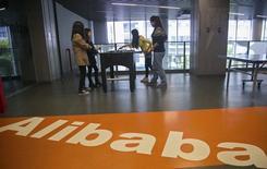 Le géant chinois du commerce en ligne Alibaba Group a annoncé que la fourchette initiale de prix en vue de son introduction en Bourse se situerait entre 60 et 66 dollars par action ADS (American Depository Share), ce qui valorise la société à environ 162,69 milliards de dollars au plus haut. /Photo prise le 23 avril 2014/REUTERS/Chance Chan