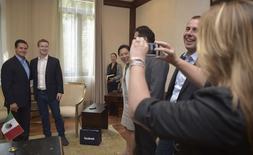El presidente de México, Enrique Peña Nieto (a la izquierda), y Mark Zuckerberg (segundo a la derecha), fundador y presidente ejecutivo de Facebook, posan para una fotografía en el palacio presidencial en Ciudad de México. 5 septiembre, 2014. Facebook Inc está preparado para gastar miles de millones de dólares con tal de alcanzar su objetivo de llevar internet a todo el planeta, dijo el viernes su director ejecutivo, Mark Zuckerberg. REUTERS/Presidencia México/Handout via Reuters  ATENCIÓN EDITORES - ESTA IMAGEN FUE BRINDADA POR UNA TERCERA PARTE. REUTERS NO PUDO CONFIRMAR DE MANERA INDEPENDIENTE LA AUTENTICIDAD, CONTENIDO, UBICACIÓN O FECHA DE LA IMAGEN. SÓLO DISPONIBLE PARA USO EDITORIAL. NO DISPONIBLE PARA LA VENTA PARA CAMPAÑAS DE PUBLICIDAD NI MÁRKETING. ESTA IMAGEN ES DISTRIBUIDA EXACTAMENTE COMO FUE RECIBIDA POR REUTERS COMO UN SERVICIO A SUS CLIENTES
