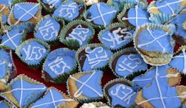 Пирожные на чаепитии, организованном членами группы 'English Scots for YES', близ города Берик-апон-Туид на границе между Англией и Шотландией 7 сентября 2014 года. Правительство Великобритании намерено отреагировать на крен общественного мнения в сторону независимости Шотландии, пообещав ей ряд новых полномочий, если в ходе референдума 18 сентября та решит остаться в составе Соединенного Королевства. REUTERS/Russell Cheyne