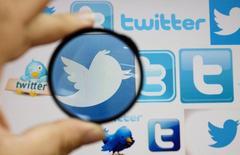 """Le réseau social Twitter expérimente un bouton """"acheter"""" intégré à certains tweets pour permettre à ses utilisateurs d'effectuer des achats sans quitter l'application mobile. /Photo d'archives/REUTERS/Ognen Teofilovski"""