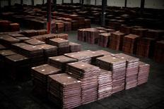 Imagen de archivo de cátodos de cobre almacenados en una bodega cerca de Shanghái, mar 23 2012. El cobre subió el lunes luego de que datos flojos de importaciones en China alentaron expectativas de una política monetaria más expansiva en ese país, mientras que el níquel tocó máximos de dos meses ante preocupaciones sobre potenciales restricciones a los suministros en Filipinas.                   REUTERS/Carlos Barria