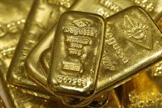 Слитки золота в хранилище трейдера Degussa в Цюрихе 19 апреля 2013 года. Цены на золото держатся вблизи трехмесячного минимума.  REUTERS/Arnd Wiegmann