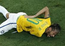 Neymar após entrada de Zúñiga em partida Brasil x Colômbia na Copa do Mundo. 04/07/2014  REUTERS/Fabrizio Bensch