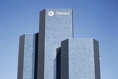 Selon plusieurs sources au fait du dossier, Total, sous la pression d'actionnaires qui veulent voir une hausse des dividendes et une amélioration du cash flow, a mis en vente sa filiale de pâtes adhésives Bostik. /Photo d'archives/REUTERS/Charles Platiau