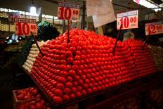 Unos tomates a la venta en una verdulería en el mercado La Merced Ciudad de México, ene 31 2013. La inflación a tasa anual de México se aceleró en agosto a un 4.15 por ciento, más de lo esperado por los analistas, presionada principalmente por aumentos en los precios de los alimentos, dijo el martes el instituto nacional de estadísticas, INEGI.  REUTERS/Tomas Bravo