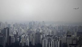 Nevoa encobre cidade de São Paulo. 2/09/2010. REUTERS/Nacho Doce
