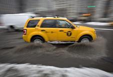 Un taxi avanzando en medio de un lluvia en Manhattan, feb 5 2014. Nueva York va a ser testigo próximamente del nacimiento de una aplicación para taxis manejados por mujeres solo para mujeres, según informa The New York Times.  REUTERS/Carlo Allegri