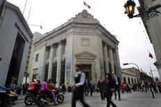 Imagen de archivo del Banco Central de Perú en Lima, ago 26 2014. Analistas se mostraron divididos frente a la decisión que tomaría el Banco Central de Perú sobre la tasa de interés clave, actualmente en 3,75 por ciento, en momentos en que la economía local se desacelera y la inflación ha mostrado señales de moderación, mostró el martes un sondeo de Reuters. REUTERS/Enrique Castro-Mendivil