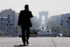 Бизнесмен в парижском квартале Дефанс 10 апреля 2014 года. Министр финансов Франции Мишель Сапен объявил в среду, что Франции потребуется время до 2017 года, чтобы опустить размер дефицита бюджета ниже трех процентов ВВП. REUTERS/Gonzalo Fuentes