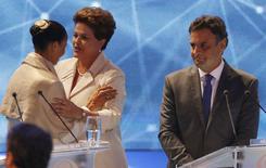 Marina e Dilma se cumprimentam ao lado de Aécio em debate na TV, em 26 de agosto.      REUTERS/Paulo Whitaker