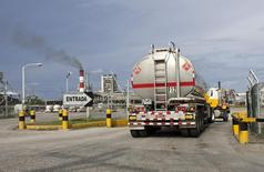 Грузовик въезжает на территорию НПЗ Refidomsa (Refineria Dominicana de Petroleo S.A.) в Доминиканской республике 16 июня 2009 года. Цены на нефть Brent остаются ниже $100 за баррель за счет стабильных поставок на мировой рынок при слабом спросе. REUTERS/ Eduardo Munoz