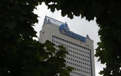 Штаб-квартира Газпрома в Москве 27 июня 2014 года. Чистая прибыль Газпрома в первом квартале 2014 года снизилась до 223 миллиарда рублей с 381 миллиарда рублей за аналогичный период 2013 года, сообщила компания в четверг в отчете. REUTERS/Sergei Karpukhin