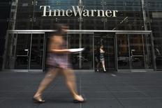 Una mujer pasa frente al edificio de Time Warner en Manhattan, Nueva York. Imagen de archivo, 16 julio, 2014. Las empresas de medios estadounidenses Time Warner y CBS dijeron que estaban cada vez más abiertas a que un día HBO y Showtime estén disponibles directamente para los consumidores a través de Internet sin una suscripción de cable. REUTERS/Adrees Latif