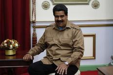 El presidente de Venezuela, Nicolás Maduro, en un evento en el palacio de Gobierno en Caracas, sep 8 2014. Los bonos venezolanos se recuperaban el jueves luego de que el presidente Nicolás Maduro dijera en la víspera que su país tiene la capacidad de honrar su deuda internacional, a un mes de la fecha de pago de poco más de 5.000 millones de dólares en vencimientos de títulos soberanos. REUTERS/Carlos Garcia Rawlins