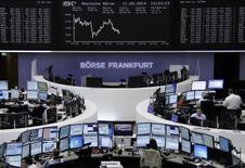 Un grupo de operadores en la bolsa alemana de comercio en Fráncfort, sep 11 2014. Las acciones europeas cerraron el jueves en baja tras datos que mostraron que el número de estadounidenses que solicitaron subsidio por desempleo subió inesperadamente la semana pasada, lideradas por papeles del sector minero en medio de preocupación por el crecimiento económico de China.     REUTERS/Remote/Stringer