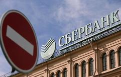 Отделение Сбербанка в Санкт-Петербурге 27 марта 2014 года. США предпримут в пятницу новые меры по ограничению доступа крупным российским банкам, включая Сбербанк, на американский рынок капитала в наказание за вмешательство России в конфликт на Украине, сообщили источники. REUTERS/Alexander Demianchuk