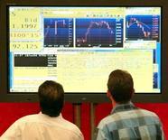 Трейдеры на ММВБ 18 июня 2004 года. Российский фондовый рынок развернулся в положительную зону спустя час после начала торгов в пятницу, отыграв предыдущие потери на информации об утверждении Евросоюзом очередного пакета санкций против РФ. REUTERS/Sergei Karpukhin