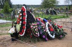 Свежая могила на кладбище Выбуты под Псковом 27 августа 2014 года. REUTERS/Dmitry Markov