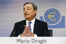 El presidente del BCE, Mario Dragui, en la conferencia mensual del Banco Central Europeo en Frankfurt. Imagen de archivo, 05 junio, 2014. El Banco Central Europeo sigue estado dispuesto a tomar más medidas para eludir la amenaza de una deflación en la zona euro, dijo el viernes el presidente de la entidad Mario Draghi, que además advirtió que las normas fiscales del bloque no deberían ser alteradas. REUTERS/Ralph Orlowski