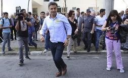 O candidato do PSDB à Presidência, Aécio Neves, atravessa uma rua durante campanha em São Paulo. Aécio visitou o Centro de Operações da Polícia Militar do Estado de São Paulo. 12/09/2014.REUTERS/Nacho Doce