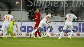 Jogadores do Werder Bremen comemoram gol contra o Bayer Leverkusen nesta sexta-feira.   REUTERS/Ina Fassbender