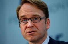 En la imagen de archivo, el presidente del banco central alemán, Jens Weidmann, pronuncia un discurso en la convención de la Federación de Bolsas de Valores Europeas en Berlín, el 27 de junio del 2013. El Banco Central Europeo no ve riesgos significativos de una espiral de deflación en la zona euro, dijo el sábado Weidmann, quien también es miembro del consejo gobernante del BCE, y agregó que el crecimiento del bloque se mantendría contenido el próximo año. REUTERS/Fabrizio Bensch (GERMANY - Tags: BUSINESS HEADSHOT) - RTX112UW