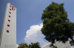 Deutsche Telekom dijo que no había hallado rastros de que la Agencia Nacional de Seguridad (NSA) de Estados Unidos y la británica GCHQ hubieran tenido acceso a su red informática, pero añadió que estaba investigando el tema tras una información publicada en el domingo por la revista Der Spiegel. En la imagen, el logo de Deutsche Telekom en la sede de la compañía en Bonn el 24 de mayo de 2012. REUTERS/Wolfgang Rattay