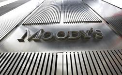 Логотип Moody's на штаб-квартире компании в Нью-Йорке 6 февраля 2013 года. Ужесточение санкций Запада против России негативно для кредитных рейтингов страны, поскольку давит на долгосрочный потенциал экономического роста и может сказаться на состоянии российского бюджета и платежного баланса, говорится в обзоре международного рейтингового агентства Moody's. REUTERS/Brendan McDermid