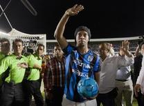 Ronaldinho saúda fãs ao ser apresentado pelo clube mexicano Querétaro no estádio La Corregidora. 12/09/2014 REUTERS/Demian Chavez