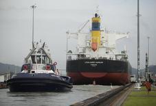 Un barco en el paso Miraflores en el Canal de Panamá, ago 15 2014. Panamá fijó una guía de precio en el área de 160 puntos básicos  sobre sus similares del Tesoro de Estados Unidos para un bono soberano a 10 años que podría colocarse el lunes, publicó IFR, un servicio de información financiera de Thomson Reuters. REUTERS/Rafael Ibarra