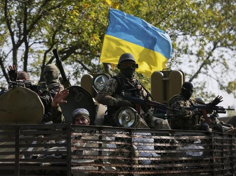 Ukrainian servicemen ride on an armored vehicle near Kramatorsk September 15, 2014.  REUTERS/Gleb Garanich