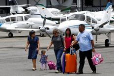 Passengers walk at the airstrip as they arrive at Charallave airport outside Caracas September 15, 2014.   REUTERS/Carlos Garcia Rawlins