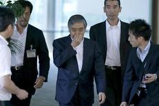 El gobernador del Banco de Japón, Haruhiko Kuroda, luego de una reunión con el primer ministro japonés en Tokio. Imagen de archivo, 11 septiembre, 2014.El gobernador del Banco de Japón, Haruhiko Kuroda, dijo que los movimientos estables del yen son cruciales para el sector empresarial del país, reconociendo las quejas de algunas firmas de que el aumento en los costos de importación por el debilitamiento del yen está empezando a afectar sus resultados. REUTERS/Toru Hanai