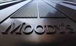 """El logo de Moody's en la torre 7 del World Trade Center en Nueva York, ago 2 2011. La agencia Moody's bajó el martes la calificación crediticia soberana de Costa Rica a """"Ba1"""" desde """"Baa3"""", dejándola en terreno especulativo, por una """"debilidad institucional"""" y continuos obstáculos políticos a una reforma fiscal.   REUTERS/Mike Segar"""