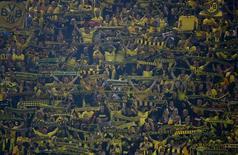 Torcida do Dortmund comemora em jogo contra o Arsenal.  REUTERS/Kai Pfaffenbach