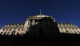 Здание Банка Англии в Лондоне 20 декабря 2013 года. Два члена Комитета по денежно-кредитной политике Банка Англии снова проголосовали за повышение ключевой ставки в сентябре, но семеро их коллег по-прежнему были решительно против ужесточения политики. REUTERS/Suzanne Plunkett