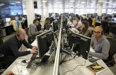 Unos operadores en la correduría IG Index en Londres, sep 9 2014. Los operadores londinenses se están preparando para una jornada más larga de lo normal destinada a cubrir el referéndum sobre la independencia de Escocia y planean reforzar las plantillas, anticipando un aumento de actividad cuando se conozca el resultado a primera hora del viernes.   REUTERS/Luke MacGregor